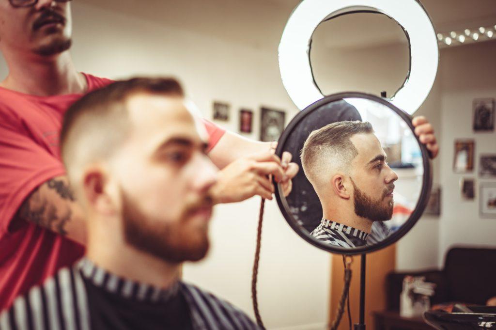 鏡を見せられる男性
