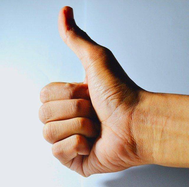 親指をたてた右手