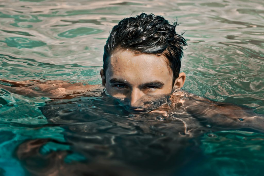水面から顔を出す男性