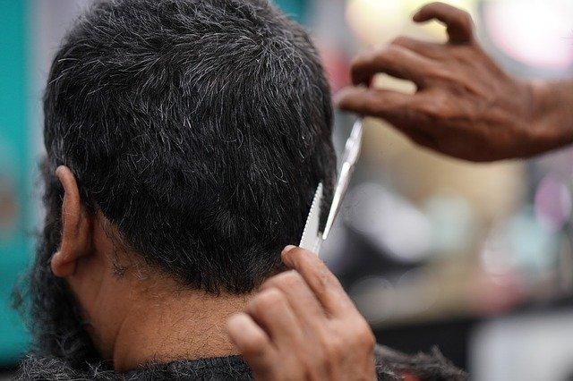 髪の毛をカットされる男性