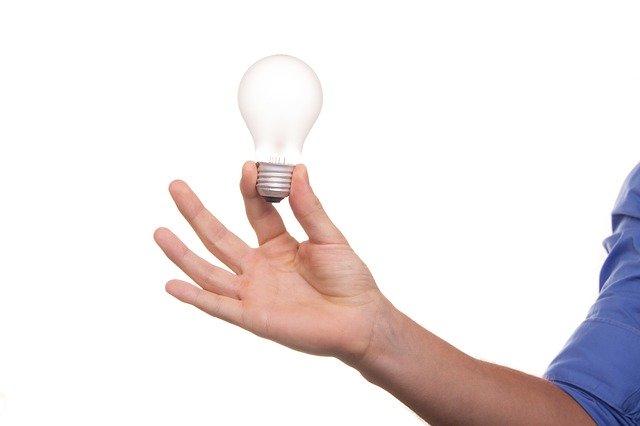 電球を持つ男性