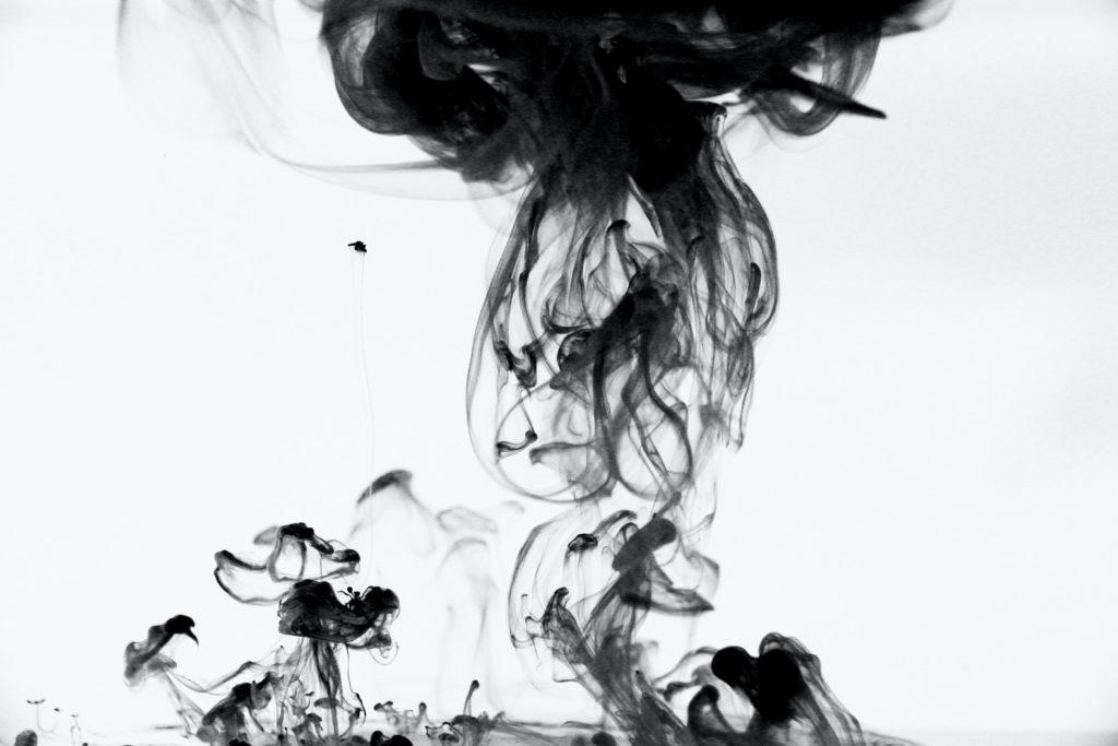 水に落ちた黒インク