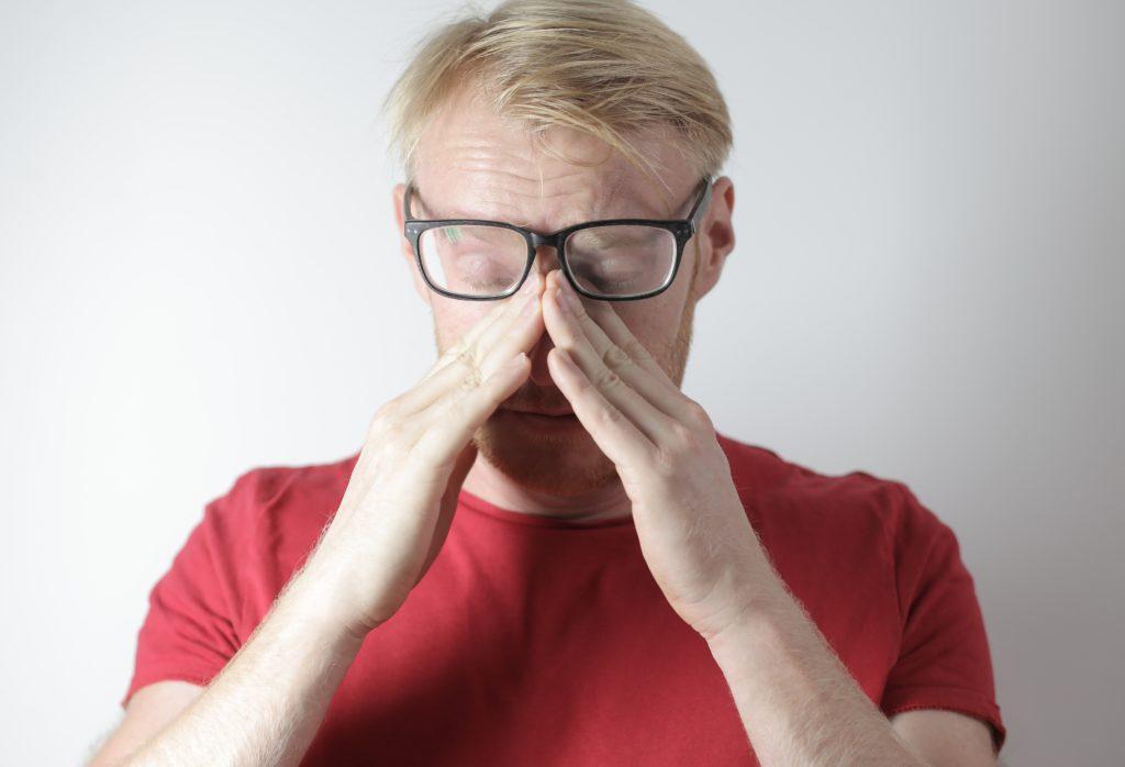 鼻をおおう男性