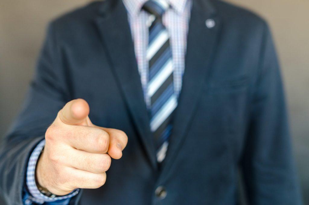 指を差す男性