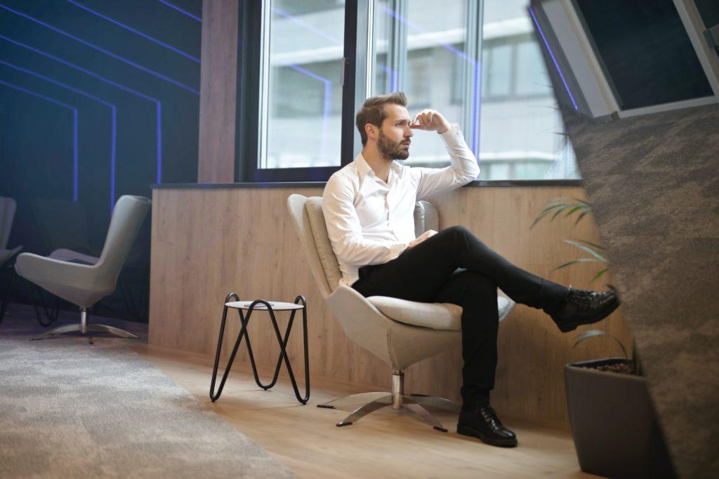 窓際に座る男性