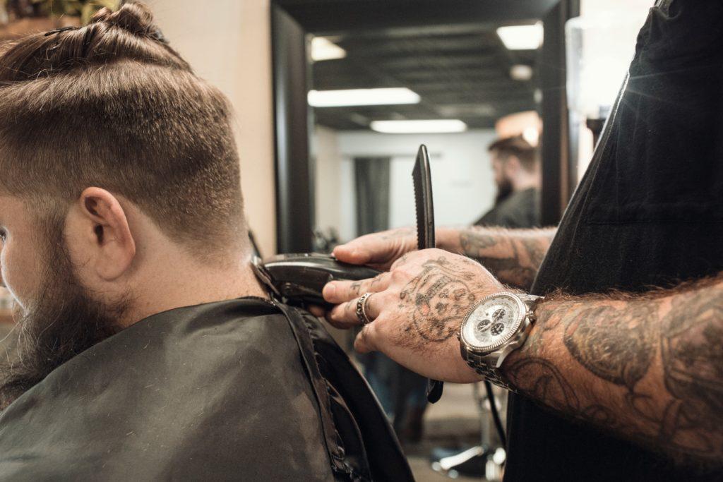 刈り上げられる男性