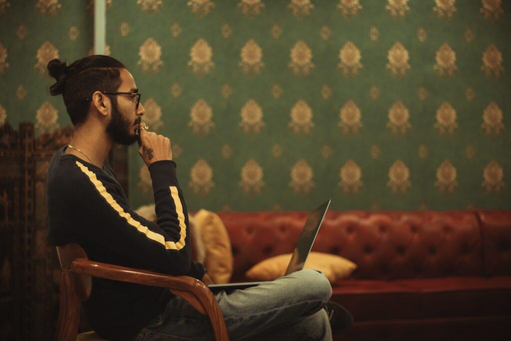 パソコンを開く男性