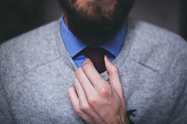 ネクタイを触る男性