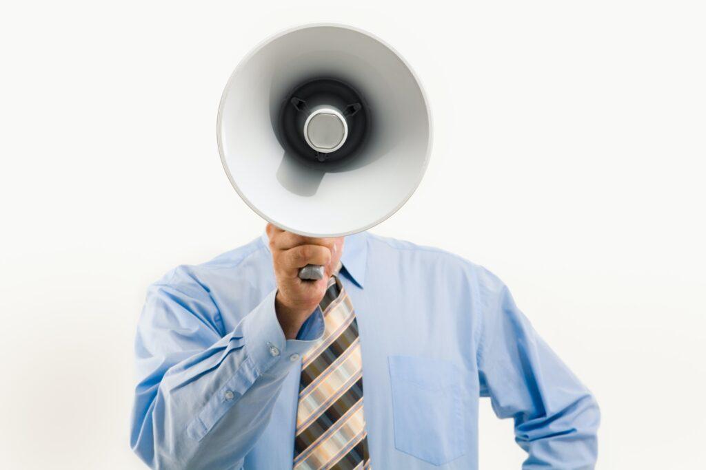 拡声器を持つ男性