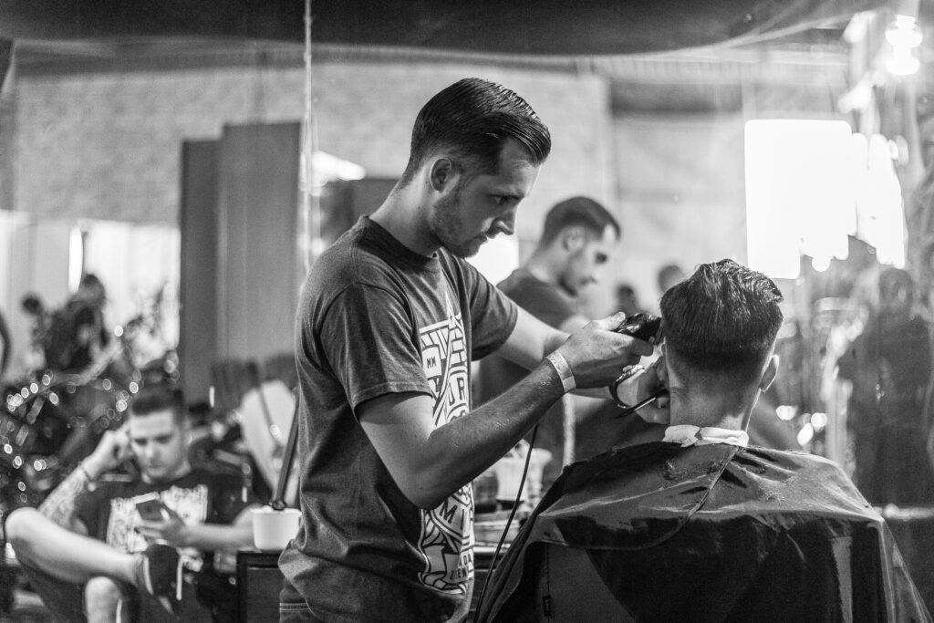 男性を借り上げる美容師